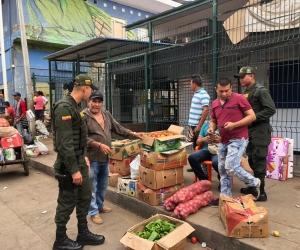 Más de 200 hombres de las distintas especialidades de la Policía de la Metropolitana de Santa Marta, en coordinación con las autoridades Distritales, realizaron una toma masiva en el sector del mercado público.