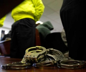 Policías detenidos por presunto asesinato a detenido