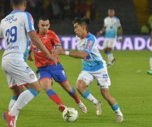 Fabián Sambueza y Teófilo Gutiérrez enfrentando la marca de Daniel Giraldo.