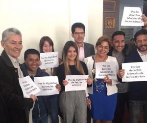 Actores y congresistas tras la aprobación de la Ley.