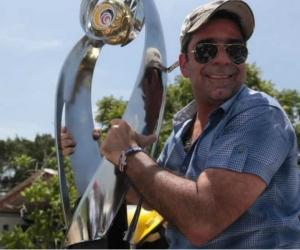 Alex Char, alcalde de Barranquilla con la copa.