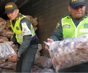 Policias regalando bolsas de pescados.