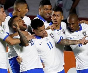 El jugador de Brasil Philippe Countinho (c) celebra con sus compañeros luego de anotar en el partido inaugural entre Brasil y Bolivia del Grupo A en la Copa América de Fútbol 2019, en el Estadio Morumbi de São Paulo.