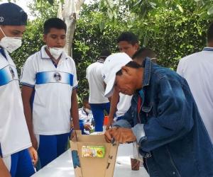 Gilberto Raúl Marriaga, compartiendo con estudiantes de Ciénaga.