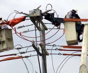 Personal de Electricaribe hace labores de mantenimiento.