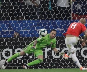 Arturo Vidal de Chile patea un penalti, durante el partido Colombia-Chile