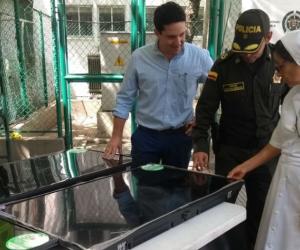 La madre superiora María Stella Sandoval Rodríguez recibió los televisores recuperados de manos del coronel Gustavo Berdugo y del Secretario de Seguridad del Distrito, Camilo George.