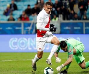 Paolo Guerrero antes de anotar el tercer gol del partido.