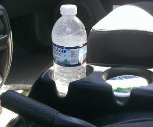 Botella de agua dentro de carro puede provocar un incendio