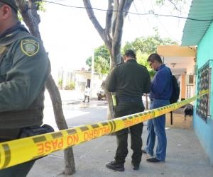 La Policía hizo presencia en el lugar donde fueron baleados los hombres.