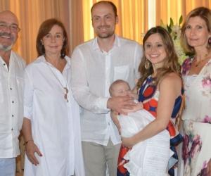 Los padres del niño Felipe Solano Berg en compañía de familiares y amigos.