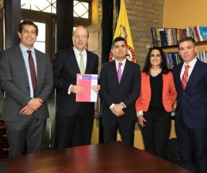 Minvivienda, la Alcaldía, el BID y la Essmar se reunieron para firmar el convenio en Bogotá.