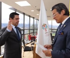 Gutiérrez es abogado del Colegio Mayor de Nuestra Señora del Rosario, tiene una especialización en derecho notarial y registral.