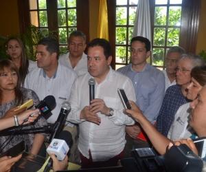 El gerente de Fronteras, Felipe Muñoz, entrega declaraciones en la Alcaldía de Santa Marta.