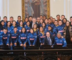 El presidente Iván Duque, con la Selección Colombia de patinaje.