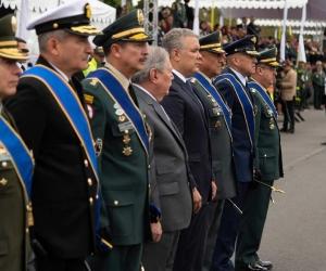 El director de la Policía y los integrantes de la cúpula militar que fueron condecorados.