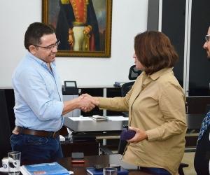 Rafael Martínez recibió a la superintendente de Servicios Públicos en la Alcaldía de Santa Marta.