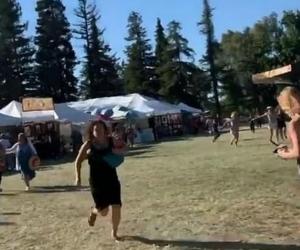 Personas huyen del lugar del tiroteo en California.