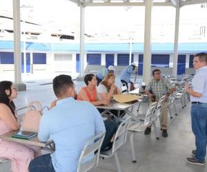 El alcalde Rafael Martínez visitó la plaza de pescados y mariscos con varios funcionarios.