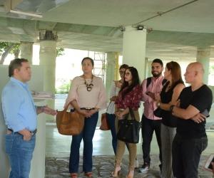 La directora de contratación Distrital, Jennifer Blanco (blusa roja), acompañó este viernes al alcalde en la visita a la Megabiblioteca.