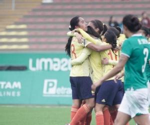 Jugadoras colombianas celebrando una de las anotaciones ante México.