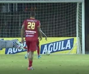 Sebastián Viera no logra controlar el disparo de Anthony Uribe.