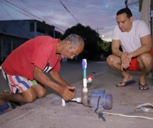 Aristides Herrera viviendo en carne propia los padecimientos del agua.