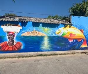 El mural se encuentra ubicado en  el parque, frente a la iglesia de Pescaíto.