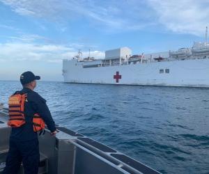El buque hospital en aguas de Santa Marta.