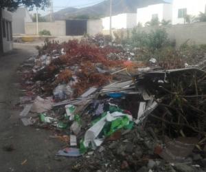 Material arrojado en la Avenida del Ferrocarril.