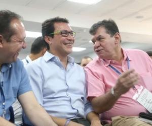 Carlos Caicedo (centro) en compañía de León Valencia (derecha).