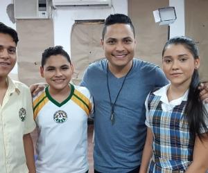 El cantante Dago Orozco en compañía de varios de los actores de su video 'Ahora Si'