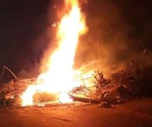 Los habitantes con quema de llantas y troncos cerraron la vía.