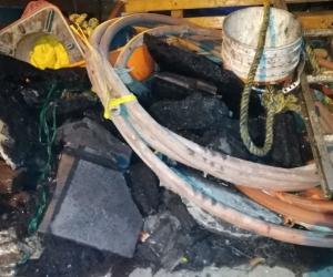 Los elementos que se han encontrado incluyen llantas, tablas, piedras y sacos de arena.