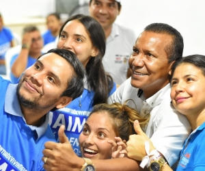 Jaime Cárdenas en compañía de los jóvenes que escucharon su propuesta.