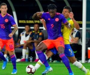Duván Zapata protege el balón ante la marca de Casemiro.