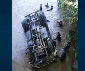 Camión de la Policía que cayó al río Tucurinca.