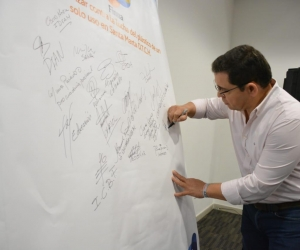 El alcalde de Santa Marta, Rafael Martínez, firmó un acuerdo simbólico para que otras entidades se unan a la lucha contra el plástico de un solo uso.