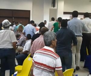 Momentos de angustia se registraron en medio del debate, el público se levantó a auxiliar al funcionario de la 'Sergio Arboleda'.