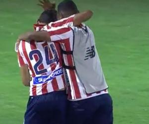 Víctor Cantillo celebra su gol con Luis Narváez.