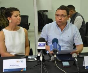 El alcalde de Santa Marta, Rafael Martínez, y la secretaria (e) de Hacienda, Ingrid Llanos.
