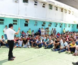 El Rector transmitió a más de 200 internos su historia de vida.