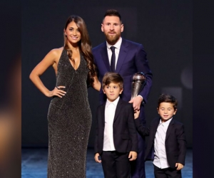 El astro argentino recibió el reconocimiento acompañado de su familia.