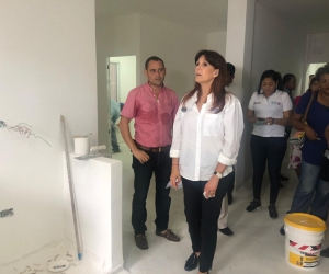 Rosa Cotes haciendo la supervisión del hospital en Ciénaga.