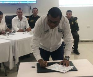 Robinson Morelo firmando el pacto.