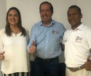 Emel Rojas acompañado por Jaime Cárdenas y María Teresa Fernández.