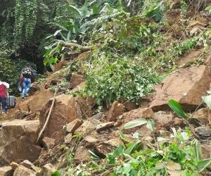 Derrumbe en vía que conduce a San Pedro de la Sierra
