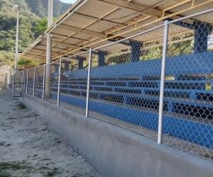 Cerramiento de la malla de la cancha de fútbol Juan Garcés.