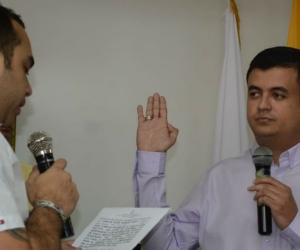 El nuevo personero juramenta ante Carlos Robles, presidente del Concejo.