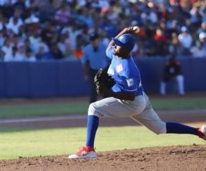 José Almarante, pitcher ganador.